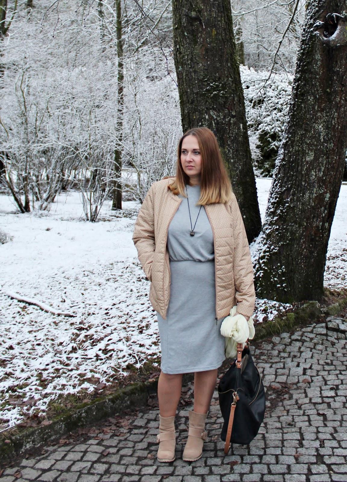 Sukienka dresowa i kurtka pikowana w kropki bonprix.