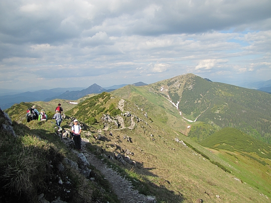 Ze szczytu Małego Krywania schodzimy skalnym ramieniem.