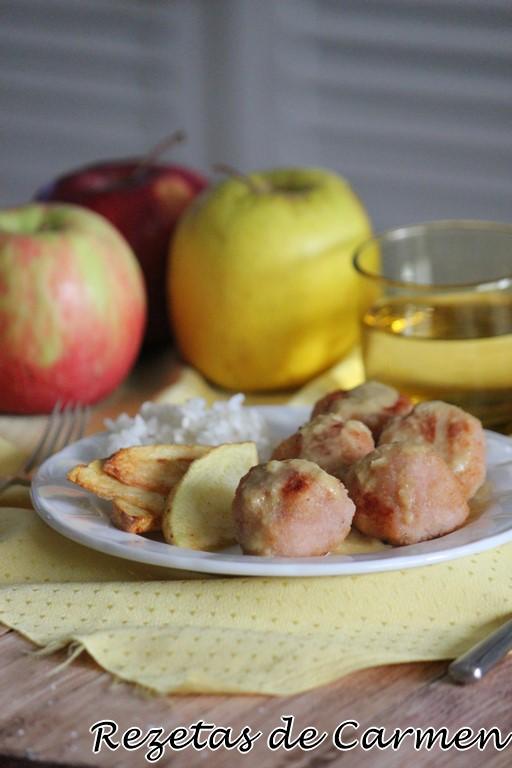 Albondigas de pollo con manzana y salsa de mostaza y brandy