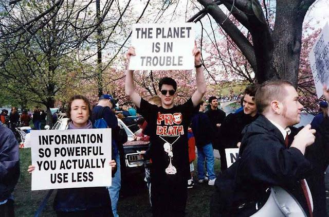 Adeptos fazem passeata. Nenhum deles pensa em suicidar, mas se acham bem sucedidos convencendo que os homens estão 'matando o planeta'