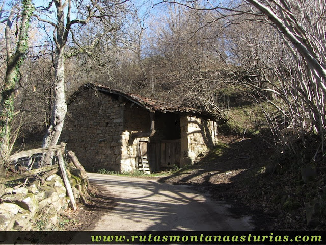 Cabaña en el camino