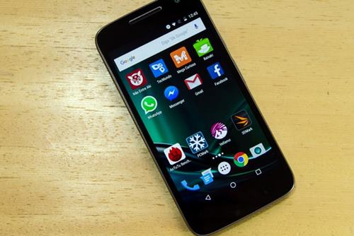 O Moto G4 Play tem tela de 5 polegadas, com resolução HD, 2 GB de RAM, 16 GB de armazenamento interno e câmera traseira de 8 megapixels