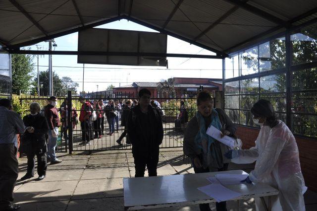 Río Bueno: Entregan canastas con alimentos en Liceo Pérez Rosales
