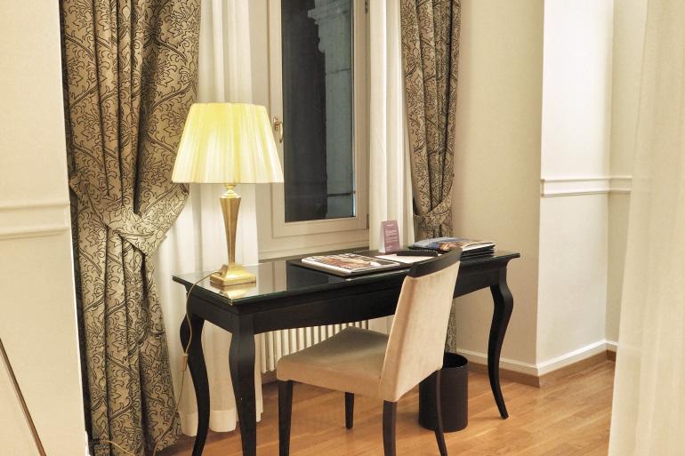 Bureau dans la chambre d'hôtel du château d'Ouchy à Lausanne