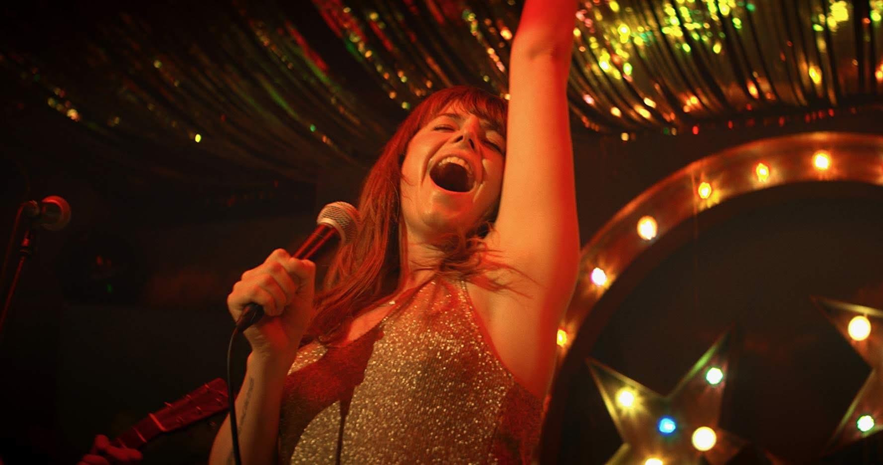 Wild Rose : アメリカのカントリー・ミュージックの本場ナッシュビルで、歌手として成功したいと夢見るムショ帰りのシンママの悪戦苦闘を描いたイギリス発のドラメディの佳作「ワイルド・ローズ」の予告編 ! !