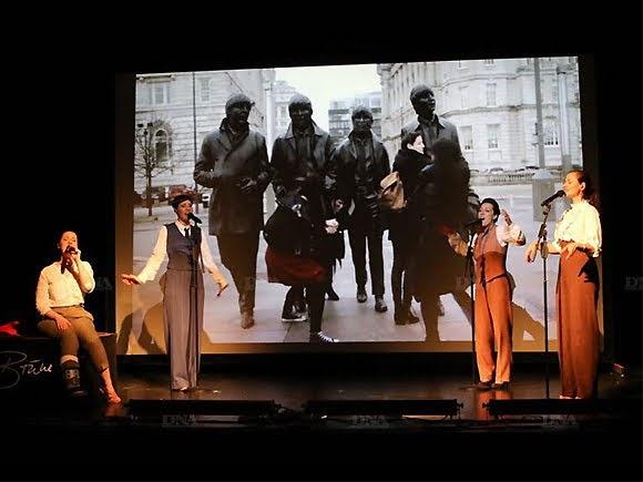 Quatre Brünettes dans le vent chantant les Beatles