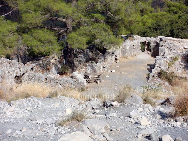 Çıralı bir dağın zirvesindeki Yanartaş'ta (chimaira) antik kalıntılar