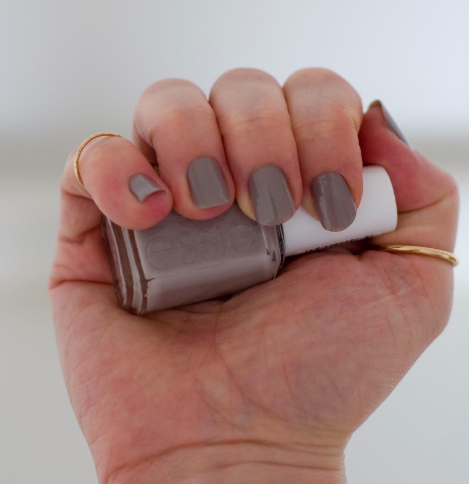 szary Essie master plan na paznokciach