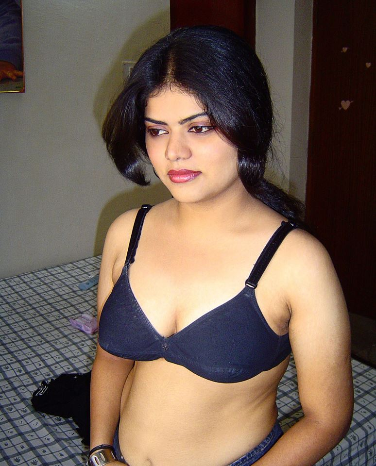 Desi Mallu Hot Actress Neha Nair Sexy Cleavage And Boobs -2416