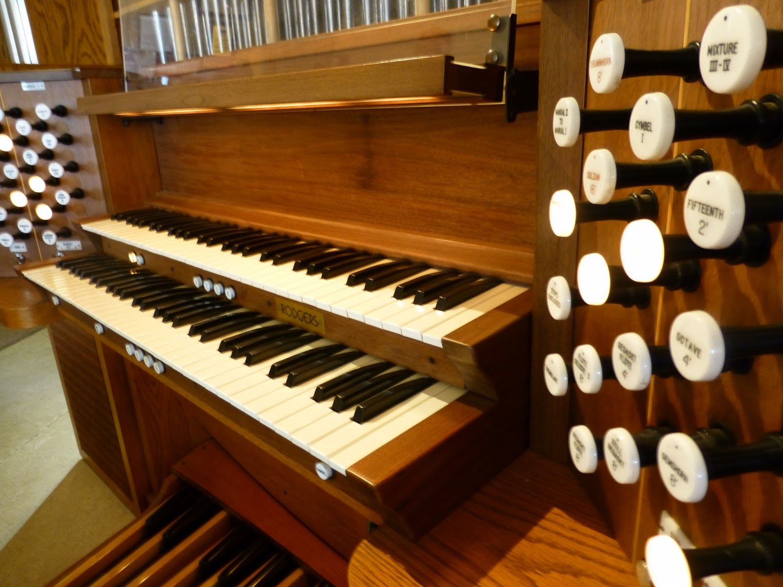 Lighted drawknobs on Rodgers 205 pipe combination organ