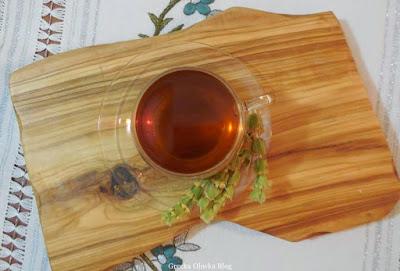 herbata w fili[ance, gałązki ziela, drewniana taca, grecka herbata