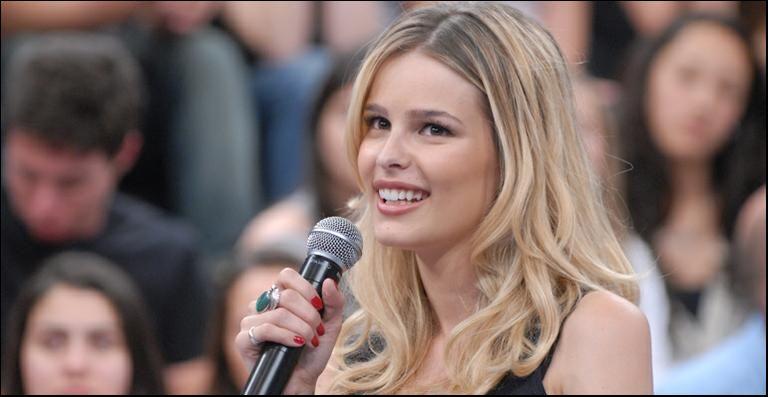 Yasmin Brunet aparece nua em novela