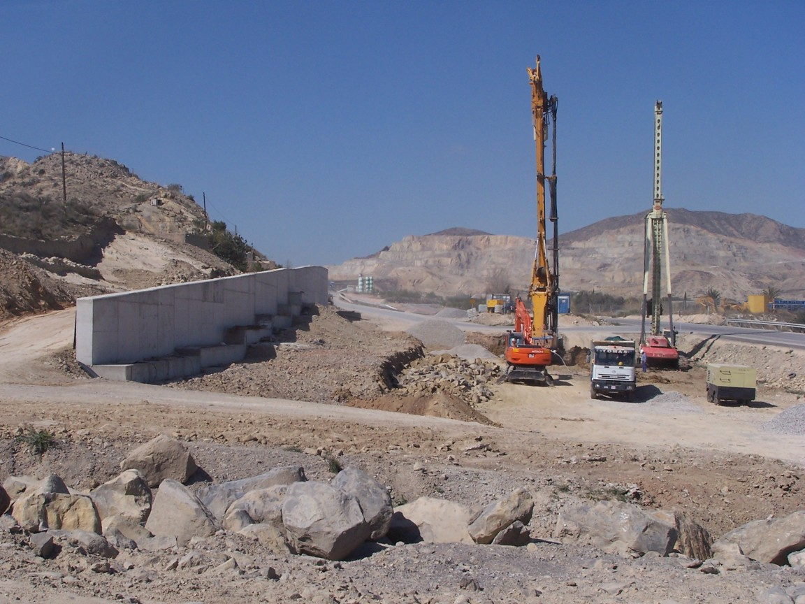 Perforación del subsuelo para instalar pozos de drenaje en la zona del manantial. Marzo 2009.