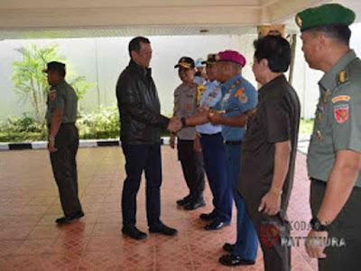 Marga Taufiq Sambut Kedatangan Doni Monardo di Bandara Pattimura