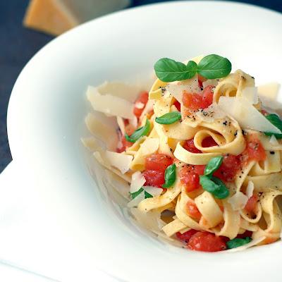 Pasta selbst machen: Frisch zubereitete Pasta mit Tomatensauce und Basilikum