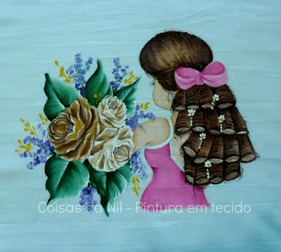 pintura em tecido pano de copa com boneca de costa segurando rosas