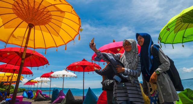 Pantai syariah pertama di Indonesia.