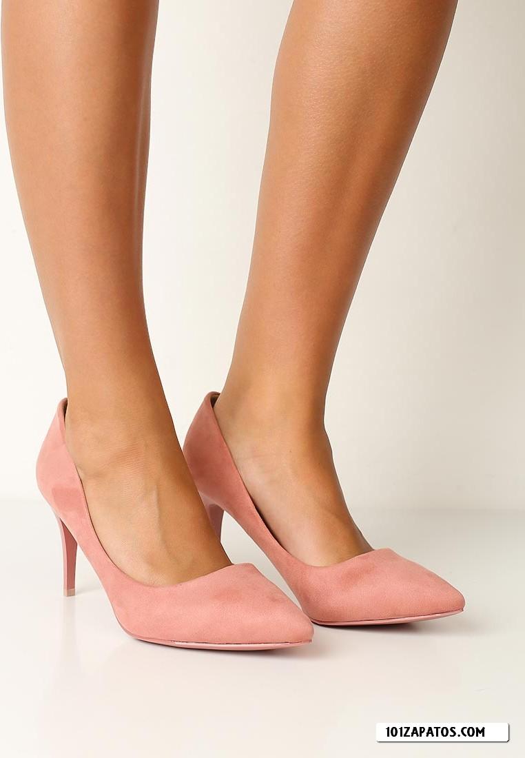 Los zapatos de mujer lucen protagonistas en toda clase de looks alternativos. En Zalando te mostramos los modelos más auténticos para que tengas un flechazo o varios y sepas disfrutar de ellos cada día. Las mujeres que desean estilizar su figura apuestan por los stilettos.