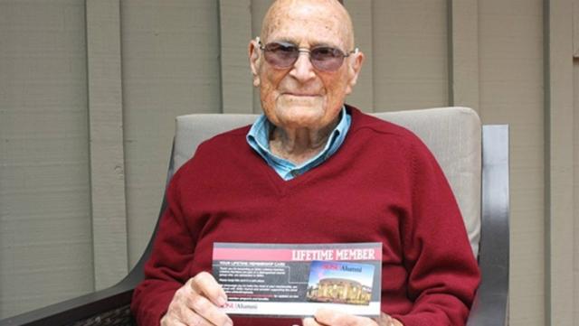 A los 105 años, Bill Vogt recibió su diploma universitario