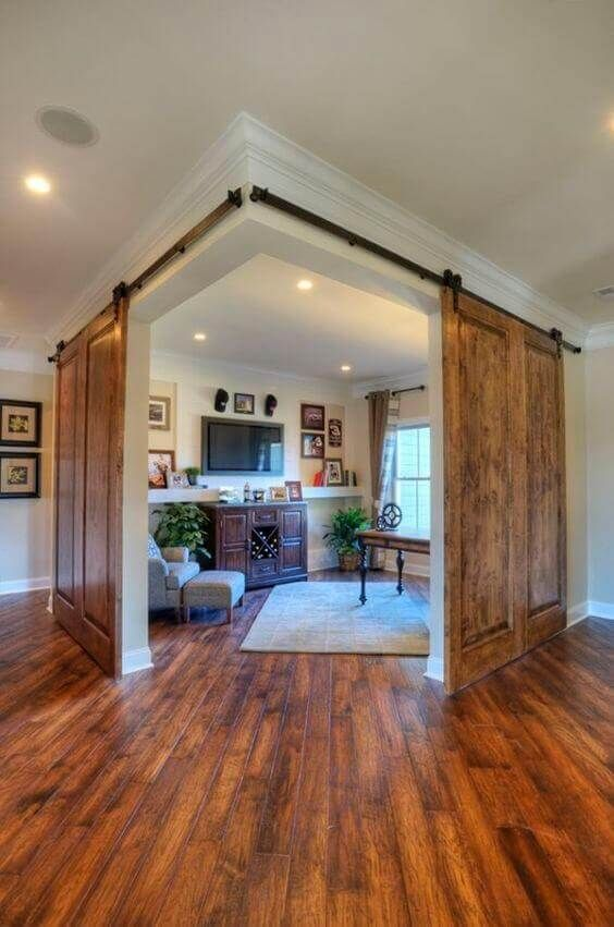 Sala com portas estilo celeiro