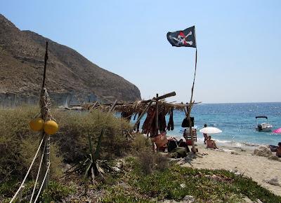 Puesto hippie en la cala de S. Pedro de Cabo de Gata