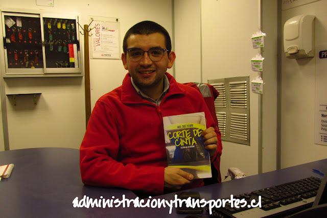Jefe de Estación Metro con libro Corte de Cinta