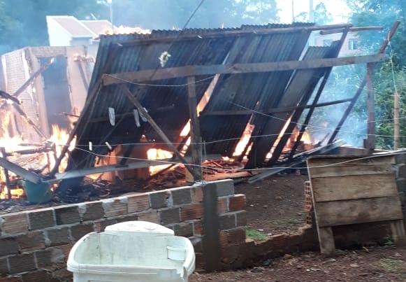 Iretama: Residência é consumida pelo fogo em Águas de Jurema