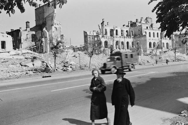Раввин и еврейка идут по разрушенному Хрещатику