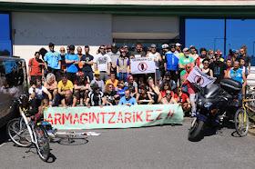 Participantes en la marcha antimilitarista