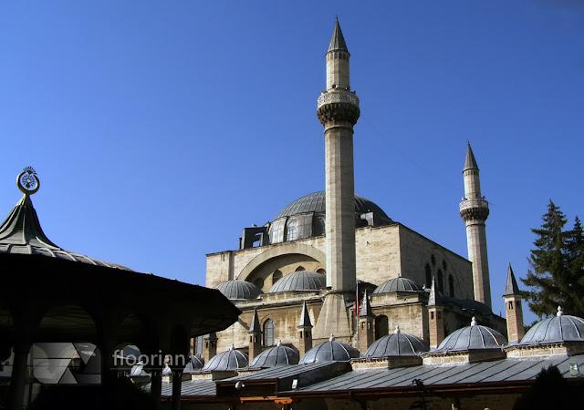 Zwiedzanie Zakonu Wirujących Derwiszy i Muzeum Mevlany w Konii. Przewodnik po najważniejszych atrakcjach turystycznych Turcji