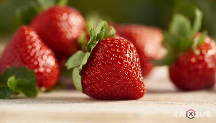Cara memerahkan bibir dengan strawberry
