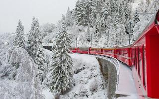 Το κόκκινο τρένο των Χριστουγέννων στην πιο μαγευτική διαδρομή των χιονισμένων Άλπεων