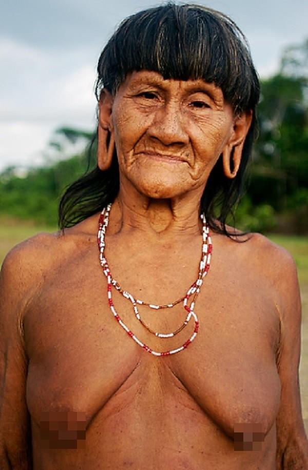 Bộ tộc Huaorani che tờ chim bằng lá cây 6