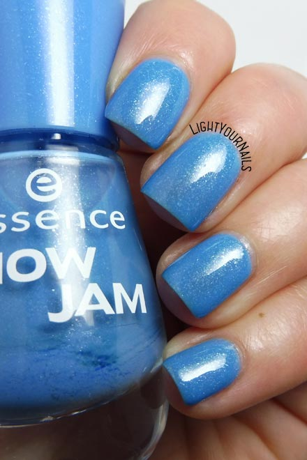 Smalto azzurro Essence Goofy Blue (Snow Jam Trend Edition) blue nail polish #unghie #essence #nails #lightyournails