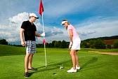 Chistes : Jugando golf, un hombre estaba jugando golf, cuando de repente se sintió perdido. Vio delante de él a una mujer jugando y fue a su encuentro.