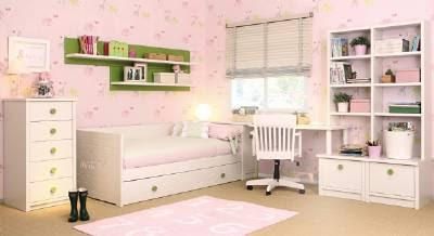 dormitorio juvenil con cama nido blanca con plafones ranurados laterales y trasera a modo de sofacon el nombre que se puede poner en el lateral de la