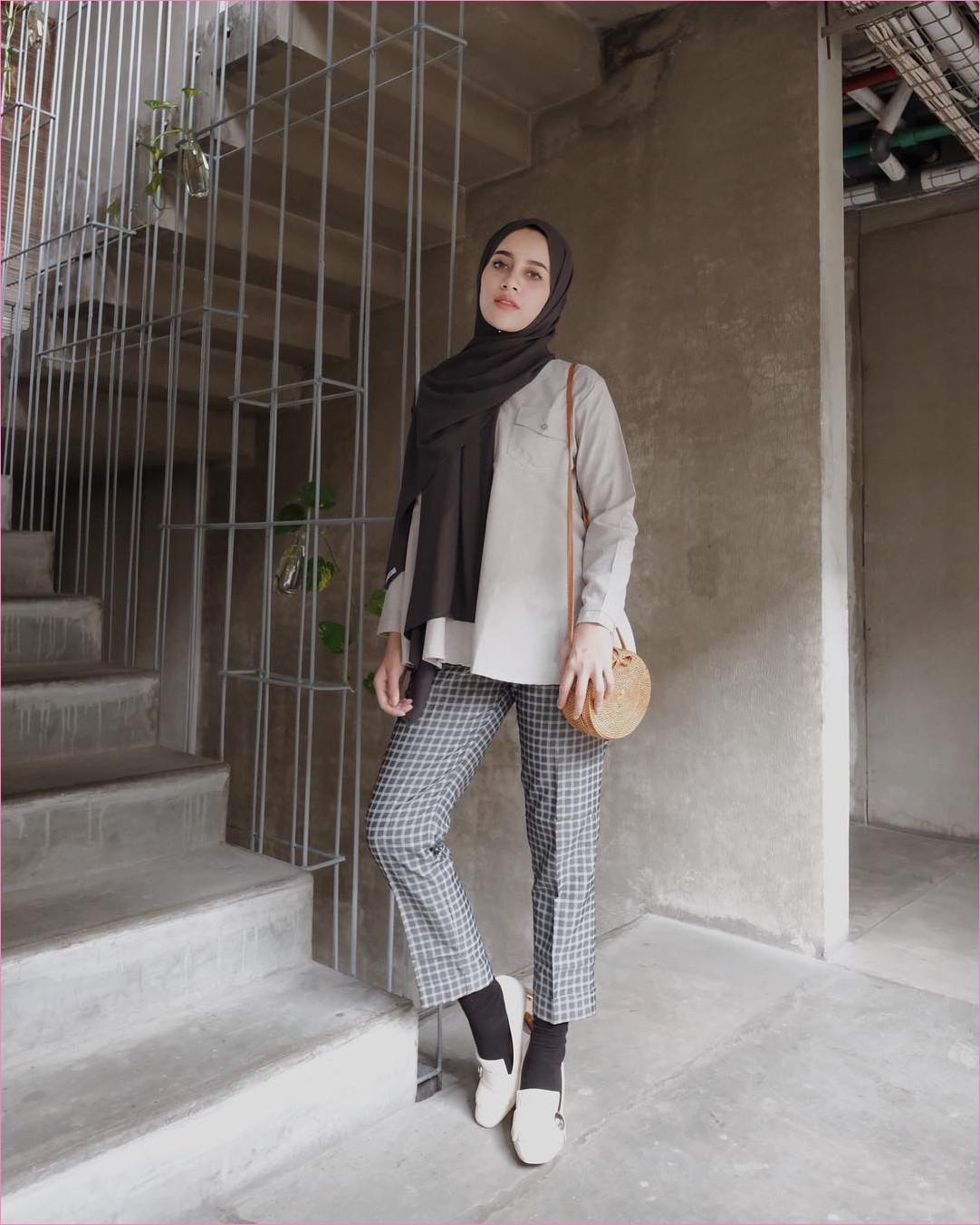 Outfit Kerudung Pashmina Ala Selebgram 2018 hijab pashmina sifon coklat tua baju top blouse kemeja abu slingbags rotan coklat muda celana bahan kotak-kotak abu tua kaos kaki hitam flatshoes putih ootd trendy kekinian