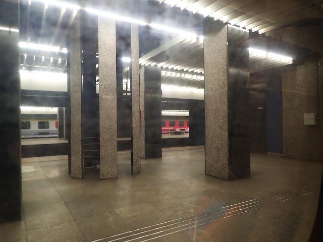 Pociąg Kraków-Gdańsk jedzie przez Warszawę. Na Centralnym jest naprawdę pusto