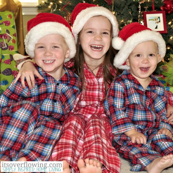 Kids in Pajamas on Christmas Eve {Holiday Photo Tips & Ideas}