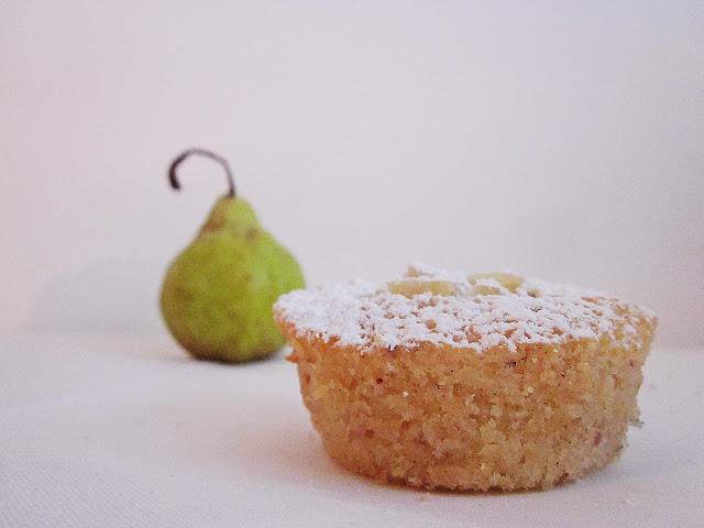 ein Birnen-Mandel-Küchlein mit Birne