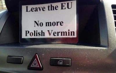 Carteles con mensajes racistas se ven en Cambridgeshire, sureste de Reino Unido. | Foto: The Telegraph