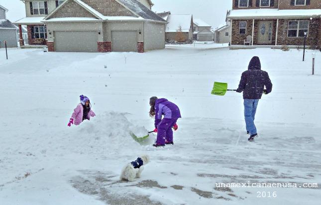 Familia jugando en la nieve, Febrero 2016.