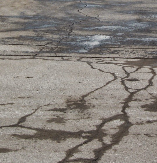 Thermal cracks in concrete pavement