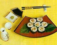Plato con sushi, implementos, aderezos y palillos japoneses