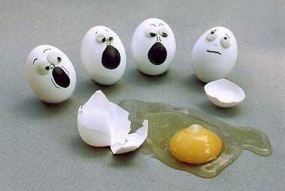 Gruppe bemalter Eier erschrocken über kaputtes Ei lustig