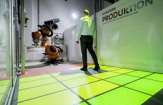 Image Attribute: A prototype that is currently unique in the Volkswagen Group: people and industrial robots work together without rigid safety barriers. / DB2018AL00121 / Source: Volkswagen AG