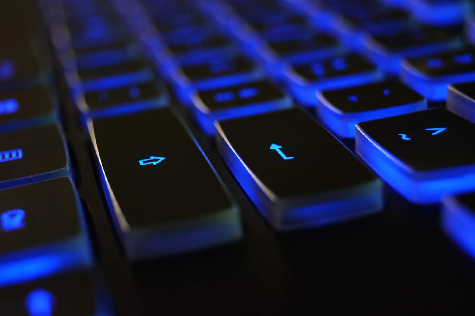 Mavi Işıklı Bilgisayar Klavyesi