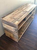banco largo construido con con pallets de madera desarmados