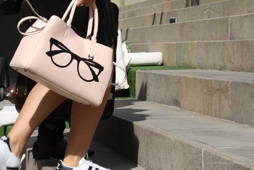 como-una-aparición-street-style-fashion-bags-summer-women-fashion-accessories-sneakers-details-street-looks-moda-en-la-calle-colombiamoda-2016-colombian-bloggers