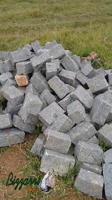 Pedra paralelepípedo para execução de muro de pedra.